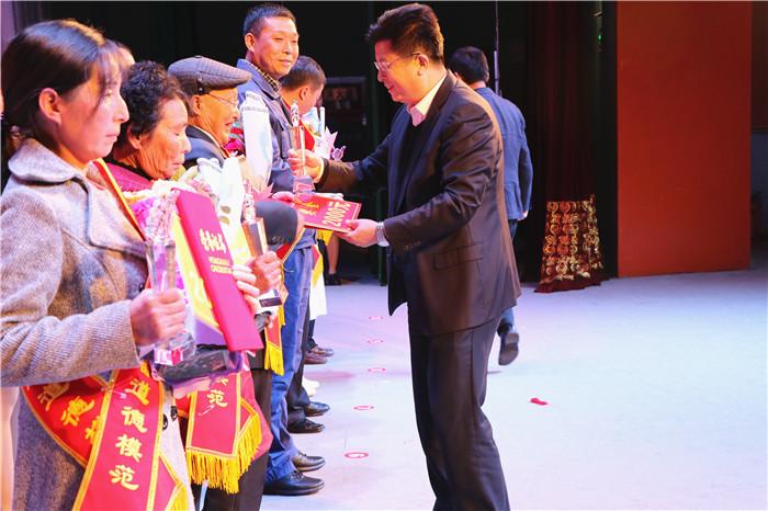 县委领导为道德模范颁奖.JPG