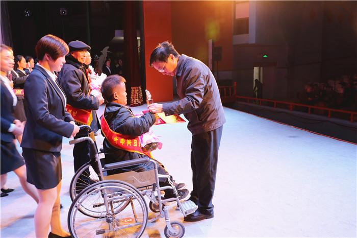 縣委書記胡瑞安為道德模范頒獎1.JPG