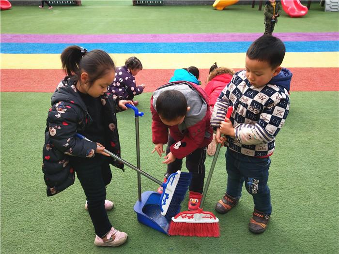 中班幼儿打扫院子.jpg
