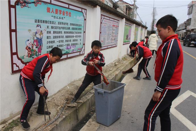 学生捡拾校外水沟垃圾.JPG