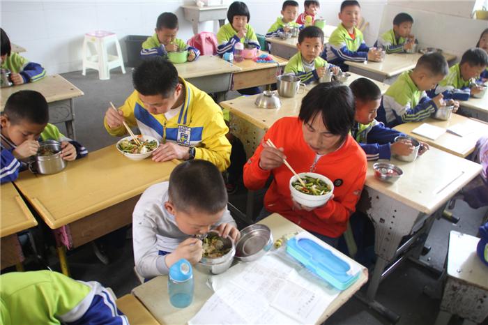家长与孩子共进午餐.png